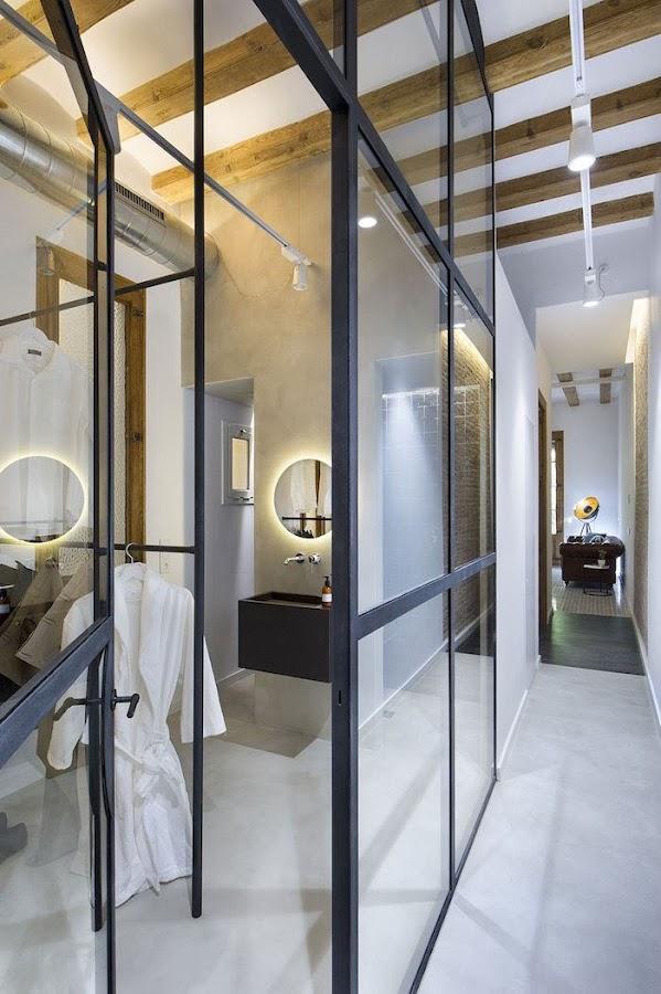 Muro de vidrio en dormitorio conectado con el pasillo