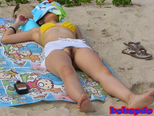 konten dewasa foto bugil intip cewek mandi di pantai