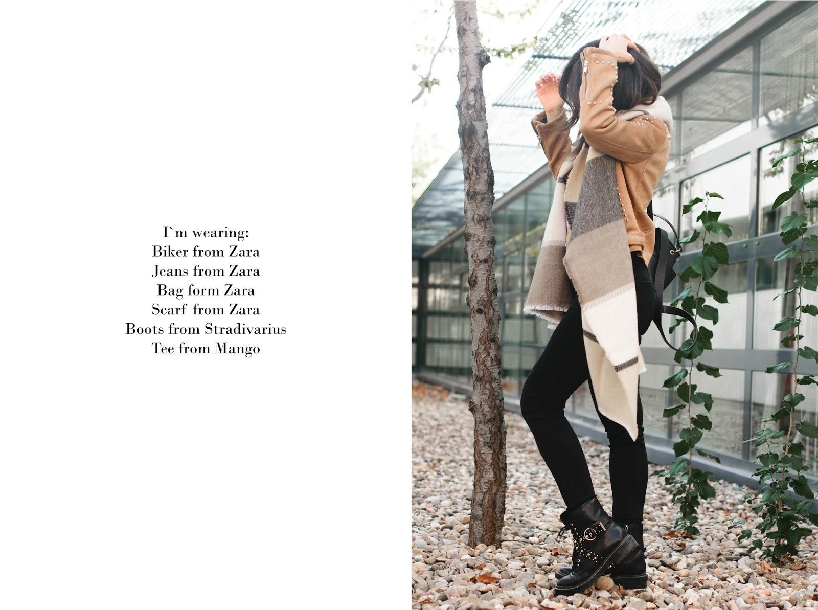 Look con biker y botines de tachas de Zara