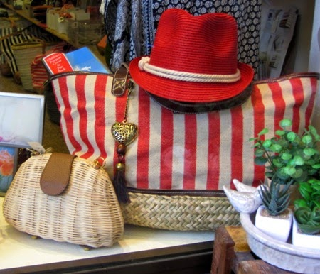 Bolso-rayas-rojas-sombrero-rojo