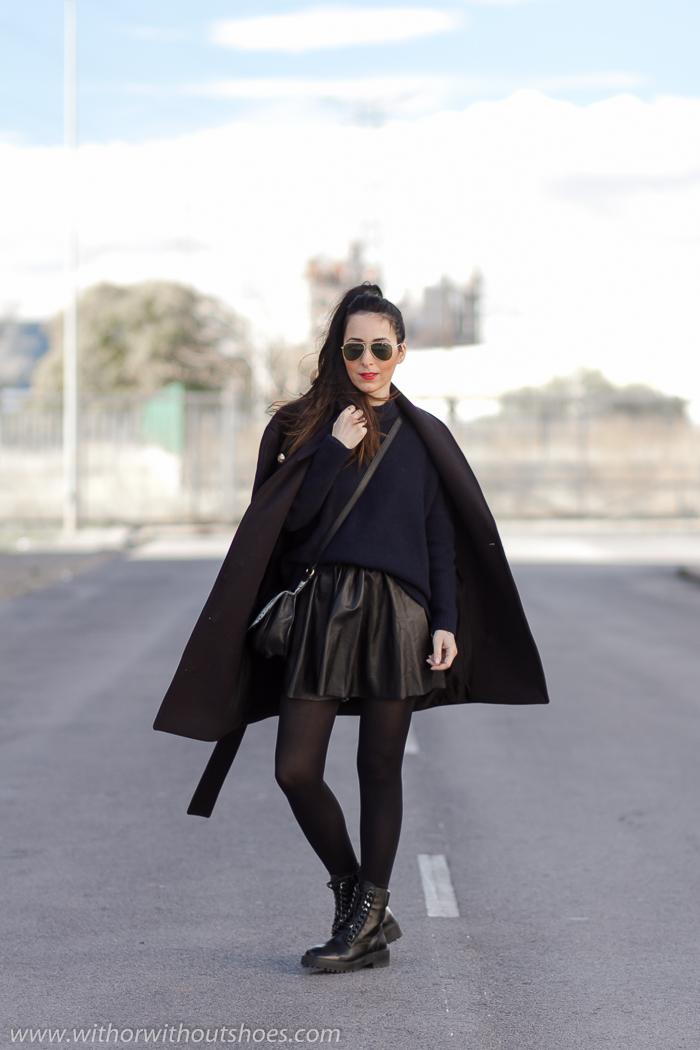 Influencer blogger con Ideas como combinar prendas de cuero Abrigo Balmain estilo marinero Botas biker moteras