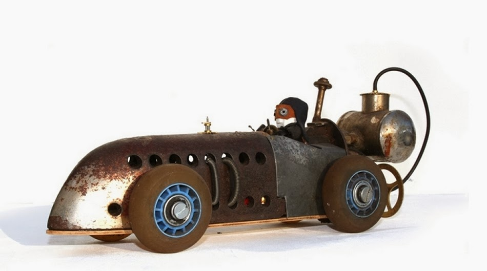 01-Accursius-Speedster-Derek-Scholte-Recycled-Toy-Sculptures-www-designstack-co