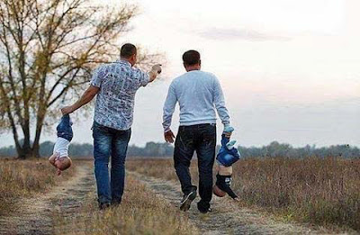 Zwei lustige Väter beim Spaziergang mit Babys - Witziges Bild