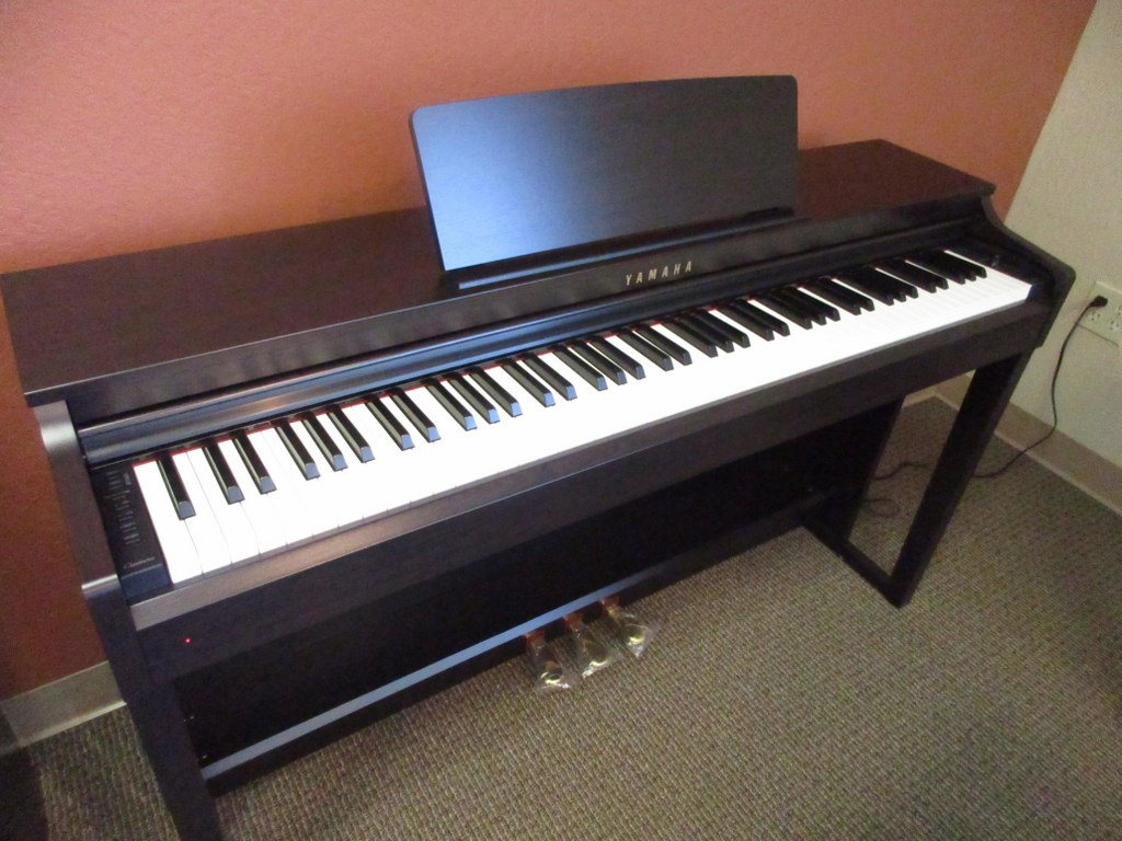 az piano reviews review yamaha clp525 digital piano recommended. Black Bedroom Furniture Sets. Home Design Ideas