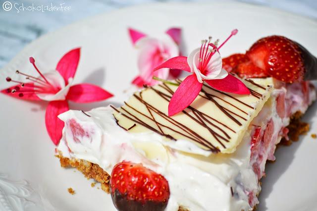 Käsekuchen mit Erdbeeren und Schokolade