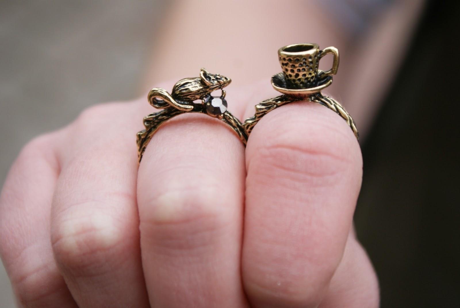 7baab081577af6 Lubię oryginalne wzory, a gdy przy nich jesteśmy - uroczy, dwupalcowy  pierścionek z uroczą myszką i filiżanką. Jeśli chodzi o obuwie, postawiłam  na ...