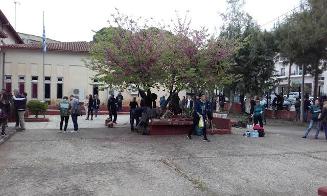 Μέλη του ΚΕΘΕΑ ΗΠΕΙΡΟΣ φύτευσαν λουλούδια στο 1ο ΕΠΑΛ Ηγουμενίτσας