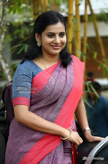 Anna Reshma Rajan, the Angamaly Diaries fame actress in saree Navel Queens