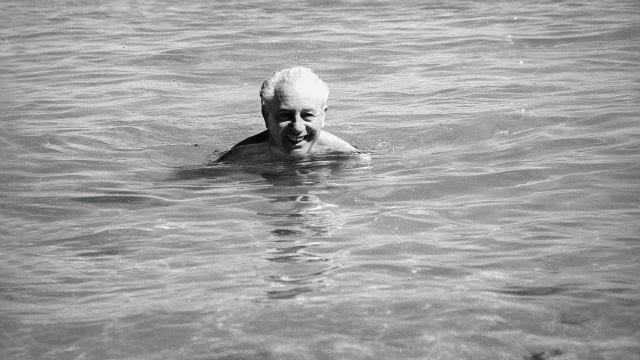 Harolt Holt saat berenang di pantai