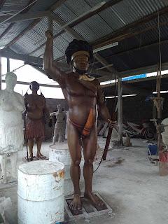 patung laki-laki kepala suku papua