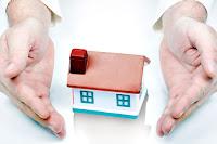İnsan elleri arasındaki küçük ev maketi