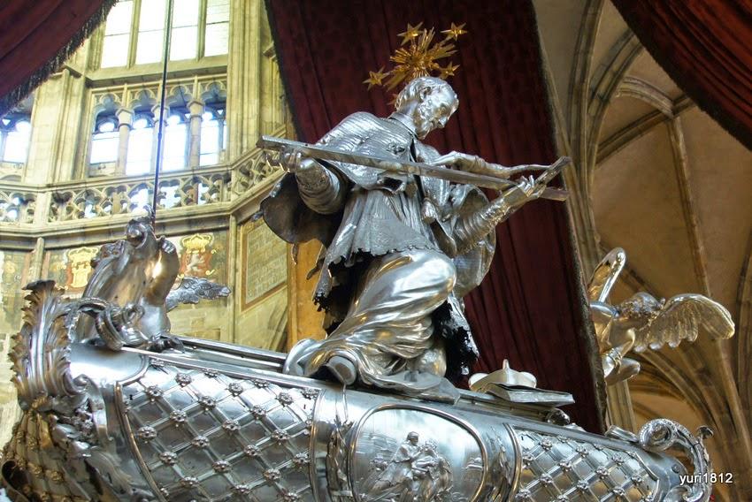 Серебряное надгробие над захоронением святого Яна Непомуцкого.