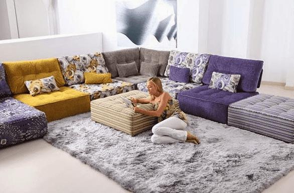 Hal pertama yang wajib dilakukan dalam memilih karpet adalah tahu apa fungsi ruangan tersebut. Bila ruangan dipakai untuk kegiatan yang bukan merupakan aktifitas tinggi, seperti kamar tidur, lebih baik pakai karpet yang lembut. Sedangkan untuk ruang makan yang mungkin cukup rentang terhadap kotoran, maka pakai karpet yang mudah dibersihkan. Sedangkan utnuk design interior ruang keluarga, Anda bisa memakai karpet yang berbulu pendek.