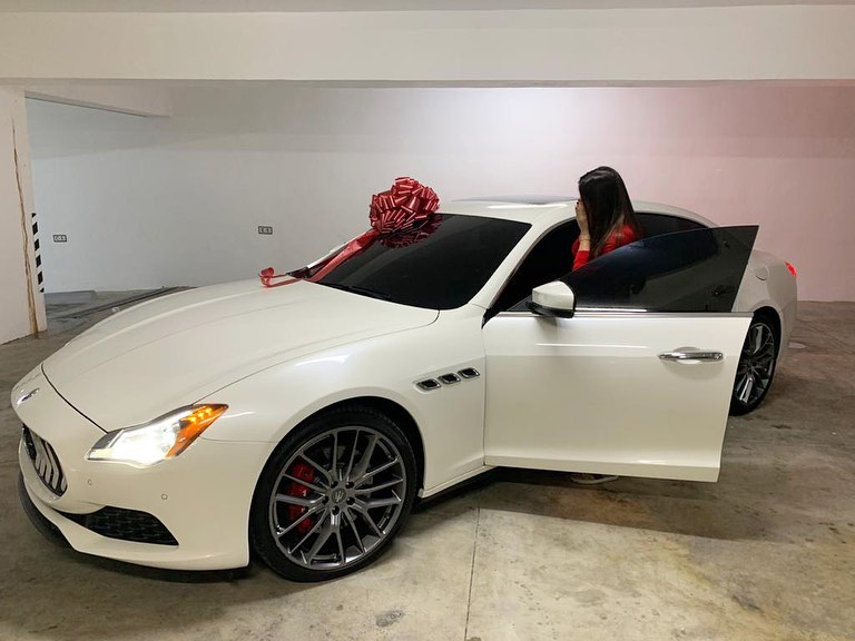Fotos: Mozart La Para regala a Dalisa Alegría un Maserati