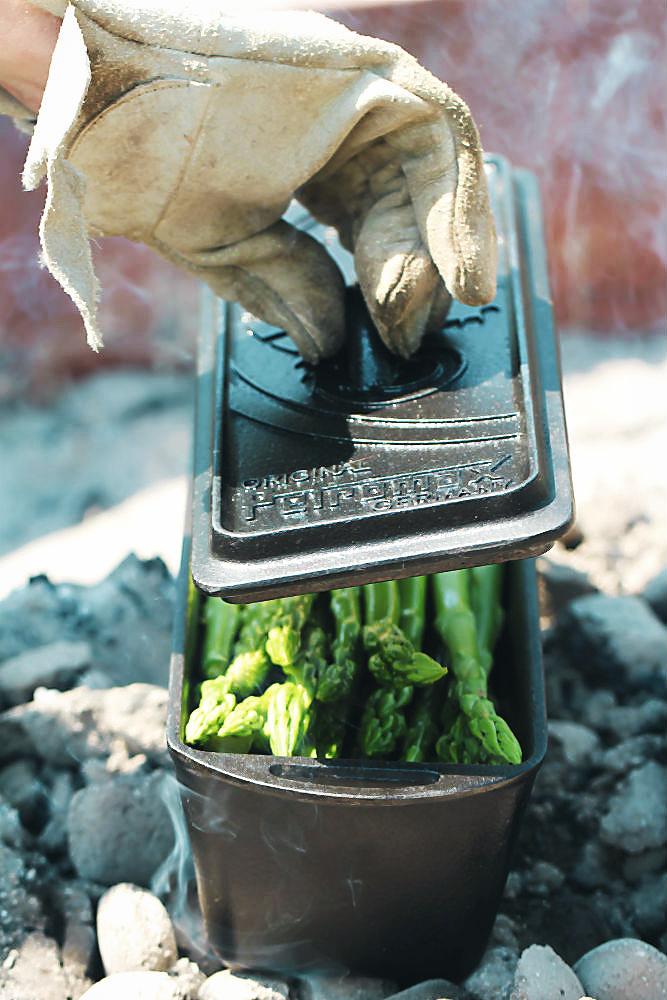 Der grüne Spargel in der Backform von Petromax/Dutch Oven in der Glut Köstliches Olivenöl aus Portugal  | Arthurs Tochter kocht von Astrid Paul. Der Blog für food, wine, travel & love