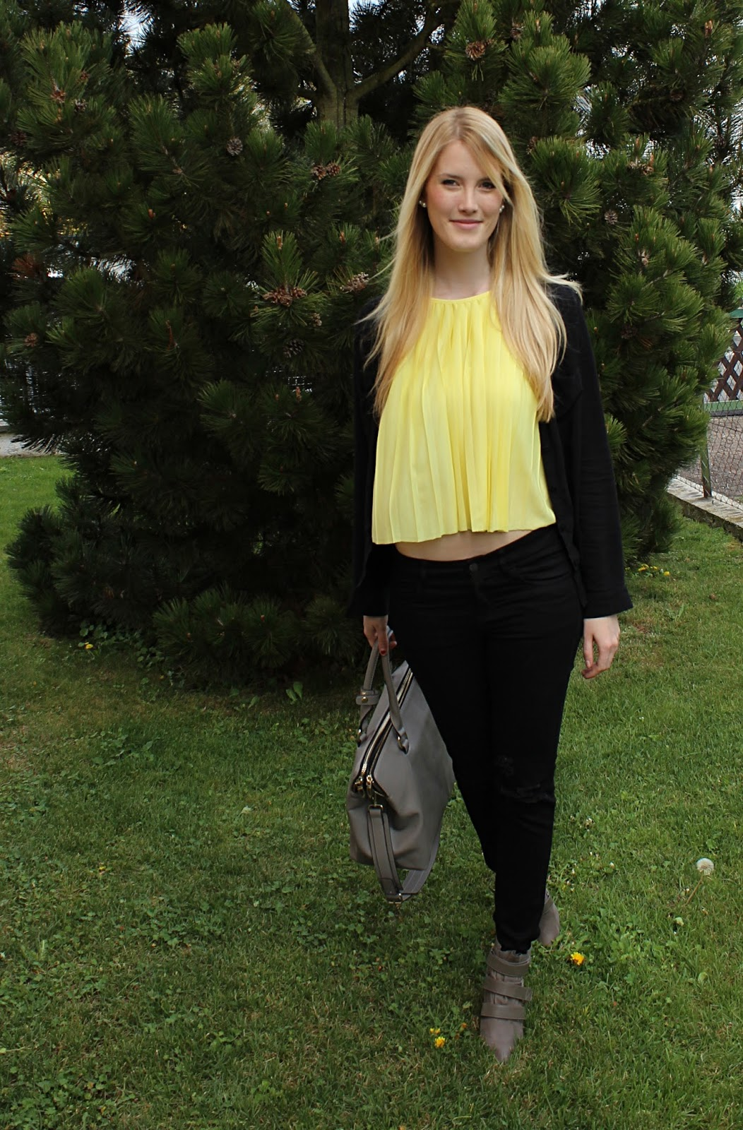 TheBlondeLion Croptop Yellow plissee zara ripped black jeans outfit