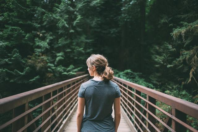 """8 sposobów na zaakceptowanie siebie. Akceptacja - słowo """"klucz"""", do szczęścia."""