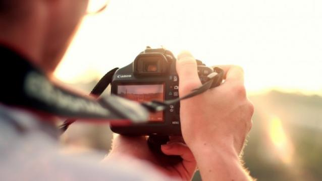 Man-taking-photo-with-camera-SLR-TechFoogle-720-624x351