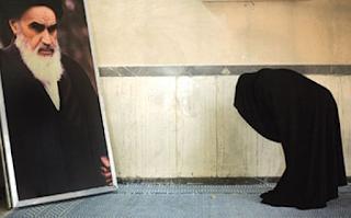 Al Khomeini Berkeyakinan yang Berkuasa di Alam Semesta Adalah Para Imam
