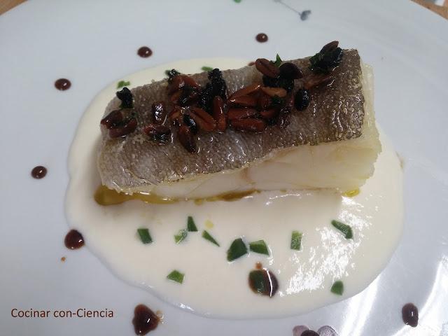 Bacalao tibio con crema de queso Payoyo, aceite de piñones y ajo negro, gelatina de plancton y reducción de Pedro Ximenez - Cocina con-ciencia