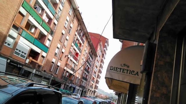Cables por la fachada de una bloque de pisos en la calle Francisco Goya