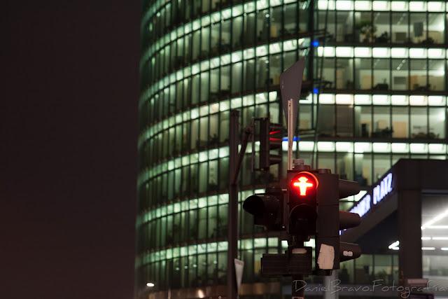 Fotografía de un semáforo encendido en rojo en una plaza de Berlín por la noche
