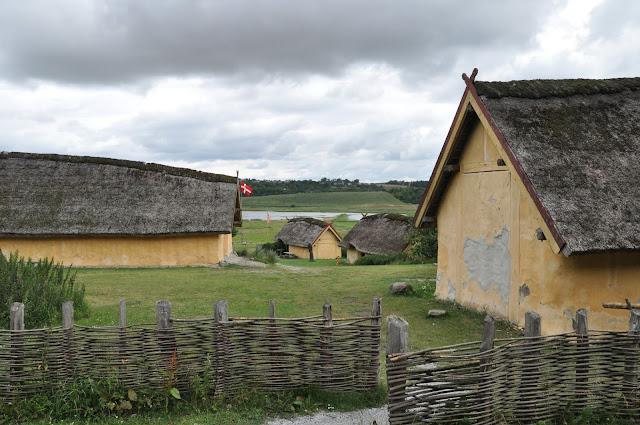 Zrekonstruowana skandynawska osada w skansenie koło trelleborga w Fyrkat