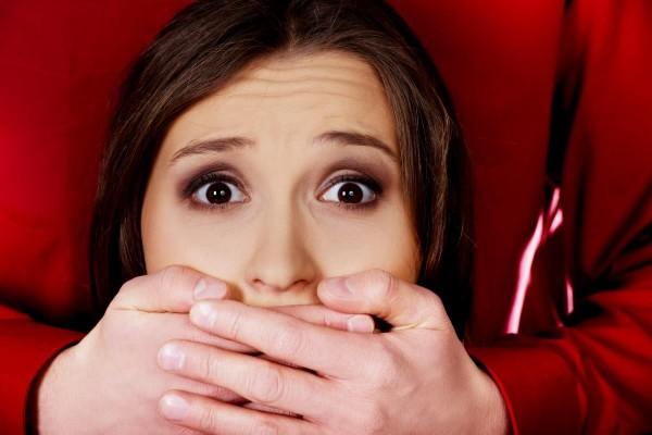 """Inúmeras adolescentes sofrem paralisia, coágulos de sangue, dano cerebral e dor crônica da vacinação forçada do HPV de Gardasil """"tiro no escuro"""""""