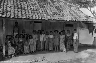 FOTO JADOEL : Para PSK Antri Suntik Vaksin Di Sebuah Rumah Bordil 1948