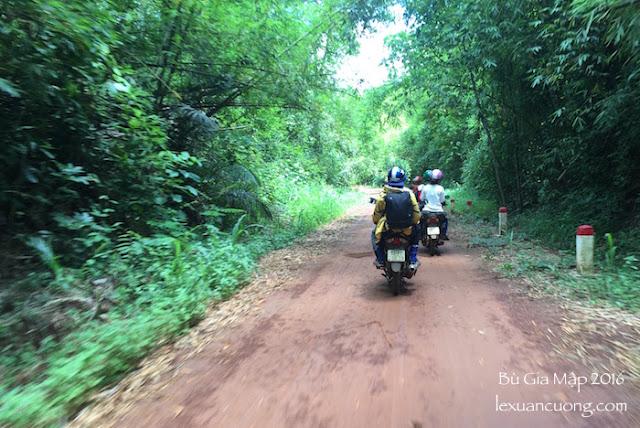 Chạy xe máy xuyên rừng Bù Gia Mập
