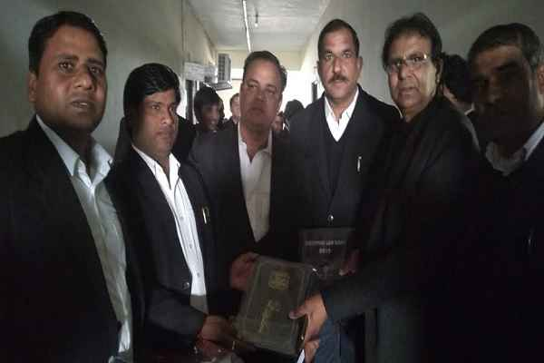 advocate-ln-parashar-with-pradhan-bobby-rawat-bar-association