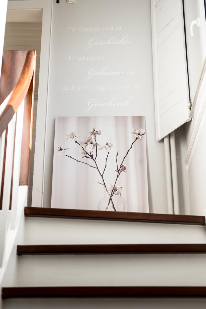 fim.works | Lifestyle Blog | Flur im New Hampshire-Look: Wand-Tattoo, weiße Fensterläden, Weiß und Dunkelbraun lackierte Holztreppe, Hellgraue Wände mit Stuckleisten