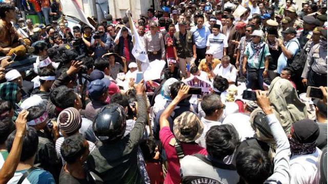 Ribuan Pengungsi Lombok Demonstrasi karena Merasa Dipersulit