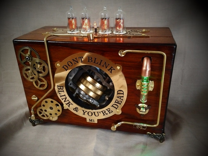 Часы в стиле стимпанк, с поршнями шестеренками и паром.