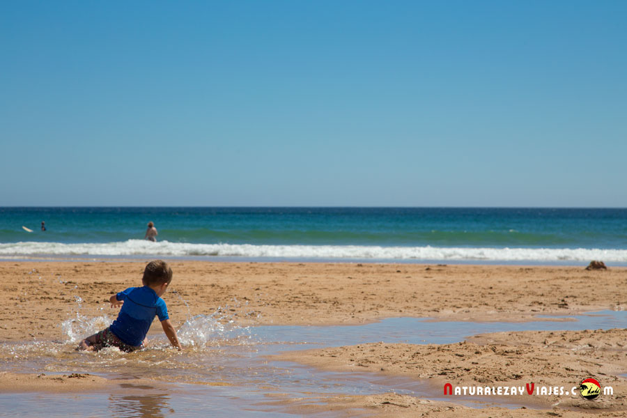 Niño jugando en una playa del Algarve