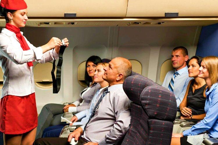 Bir uçuş görevlisi, uçak kalkmadan hemen önce size güvenlik sunumu yapmak zorundadır.