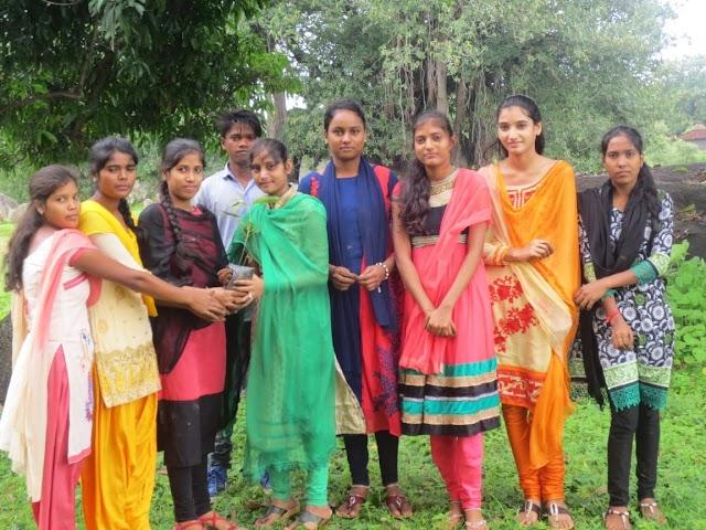 """""""वृक्षारोपण के साथ रोपित पौधों के संरक्षण का संकल्प,एनएसएस के छात्र छात्राओं की अभिनव पहल"""