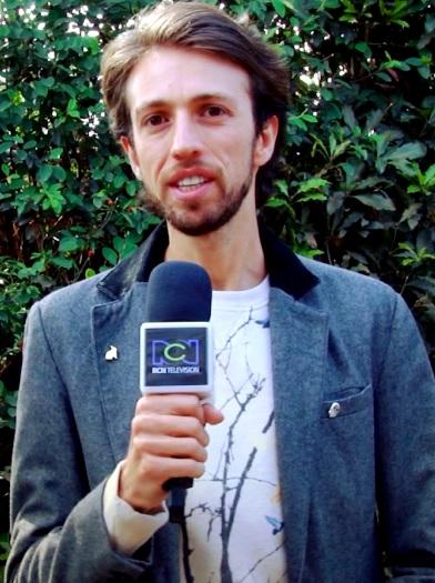 Foto de Esteman con un micrófono