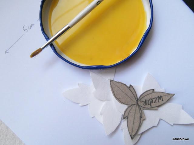 w wodzie z farbą moczymy płatki z papieru