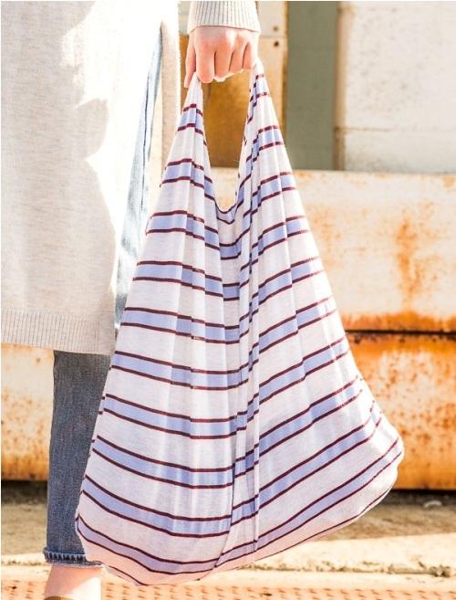 Buat tas tote bag dari bahan t-shirt atau kaos bekas untuk belanja.