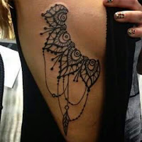 Tatuajes debajo de los senos