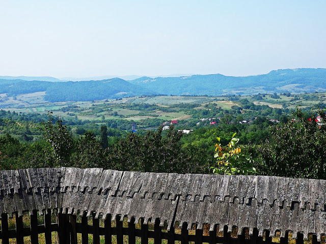 Górska dolina z wioską - Rumunia 2014.