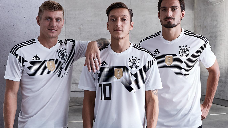 683407a16 As imagens que vazaram na internet estavam certas e a nova camisa número 1  da seleção alemã para Copa do Mundo de 2018 foi lançada de forma oficial