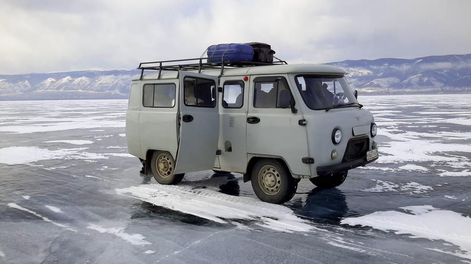 furgone che viaggia su ghiaccio