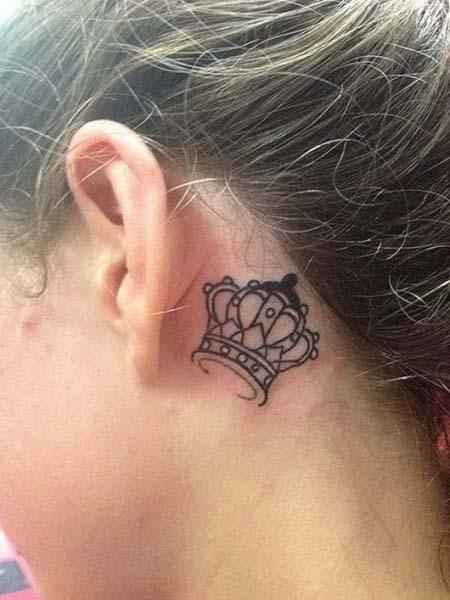 Tatuagens femininas atrás das orelhas