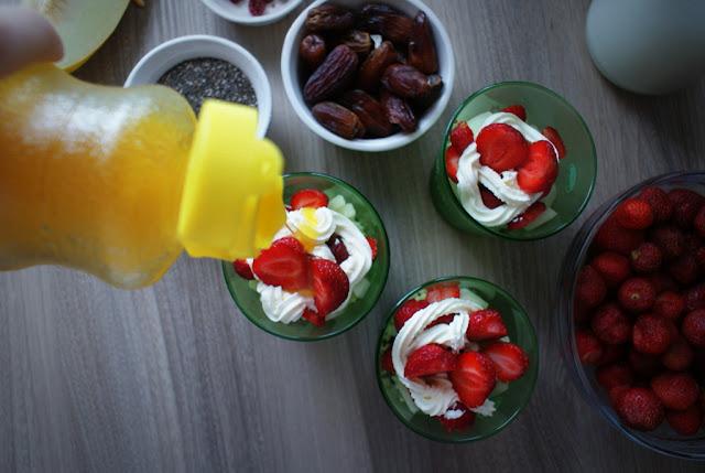 kasza jaglana,truskawki,nasiona chia,mango,melon,mieta,cukieteria,czekolada,bita śmietana,naturalnie zdrowe,zdrowy deser