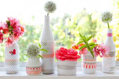 Botellas convertidas en macetas con washi tape