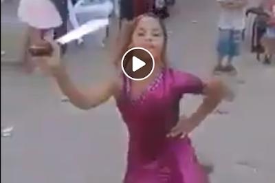 طفلة ترقص في فرح شعبي على إحدى أغاني المهرجانات بسلاح أبيض