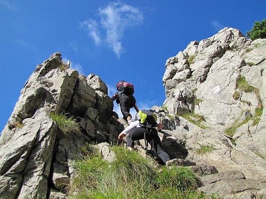 Zejście ze skalnego fragmentu, gdzie przydatne stają się chwytne dłonie.