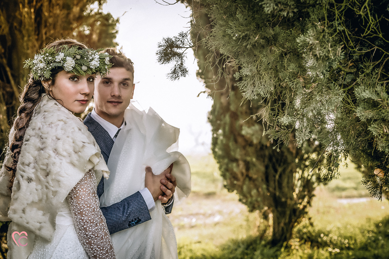 Winter elopement a Chieri in un bosco di cipressi,bohobride